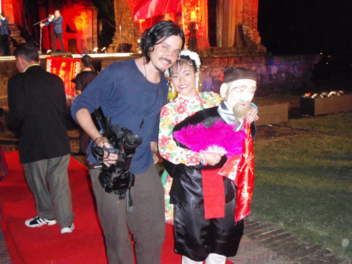 Rodrigo Saez Molina registrando para el documental chileno de elefantes