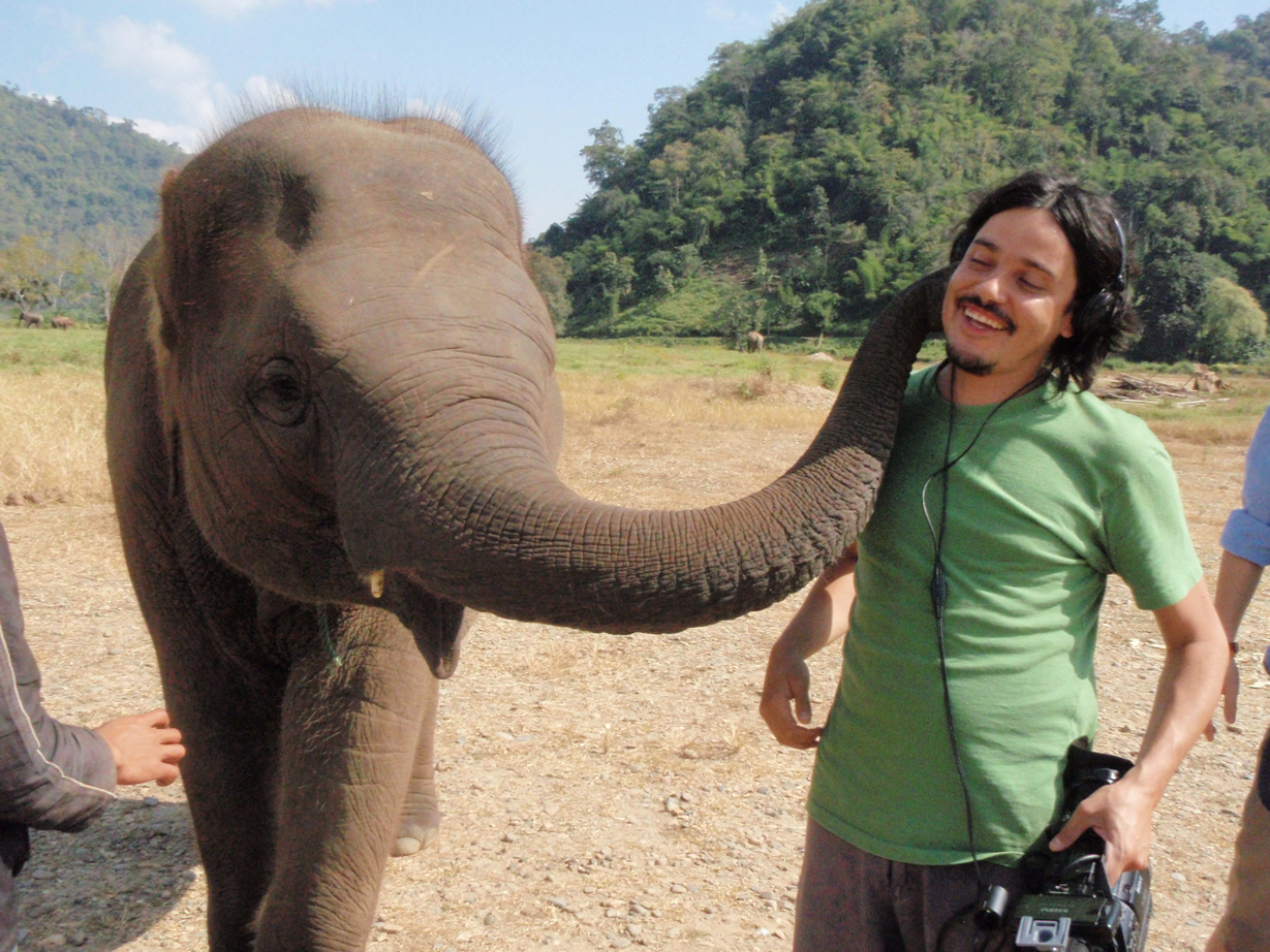 El documentalista chileno Rodrigo Saez y el saludo de un elefante asiático