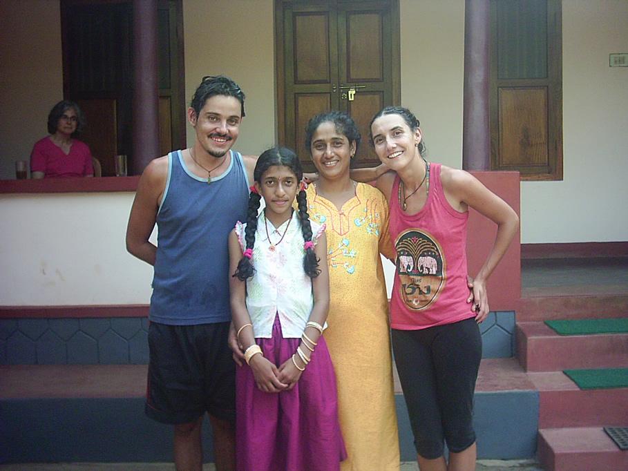 Rodrigo Saez y Maria Jose Martinez-Conde junto a una familia del sur de India