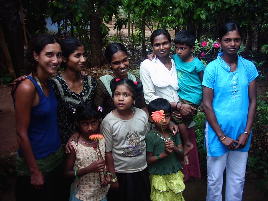 Maria Jose Martinez-Conde con familia en zona de elefantes asiaticos